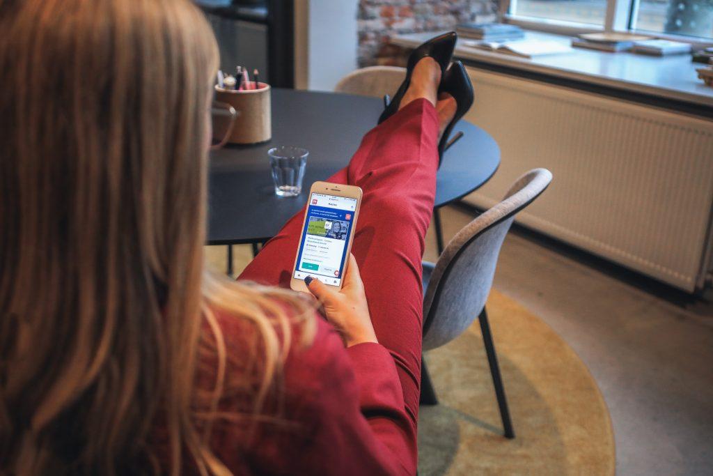 empresaria gestionando redes sociales